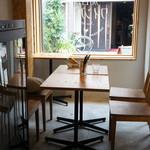 加古川ワインバル - 入ったところのテーブル席(2017.9.11)