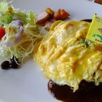 朝日のあたる家 - 料理写真:オムカレー。食べやすい味、盛りつけも美しい。