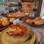 パン ド ムシャムシャ&コーヒー - 美味しそうなパンが並んでいます
