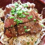 和風創作料理だいご - ステーキ丼アップ。お肉は柔らかくて食べやすく、タレもさっぱりとしておいしかったです。かなりコスパがいいです!