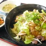 神楽亭 - 和牛ホルモン丼(スープ・キムチ付)¥850。腸を中心にその他の部位のホルモンもありました。くさみがほとんど無く、さすがのお味でした。