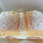 パスティチュリア・デリチュース - カスタードと生地のシンプルなケーキだけども やはりイチゴがイイよねd( ̄  ̄)