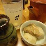 大黒屋 そば店 - そば焼酎(刈干)のそば湯割りとお通し(里芋と麩の煮付け)