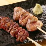 ヤキトリベースウッチ - レアでも美味しく味わえるほどの、新鮮さにこだわった『鶏レバー(写真:左)』
