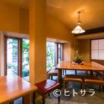 江戸蕎麦ほそ川 - 相席でもゆったりと広めのテーブルで、昼から蕎麦屋飲みも