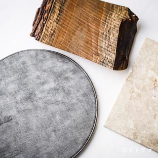 華やかな料理を引き立てる天然素材の器