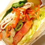 ドンク - キャベツサラダとスナップエンドウの春サンドウィッチ