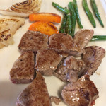 リヨン・ド・リヨン - 料理写真:国産ヒレステーキ100グラムと野菜です。