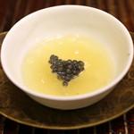 竹屋町 三多 - 料理写真:淡路島の玉葱とスッポン出汁のスープ ベルーガ キャビアを添えて