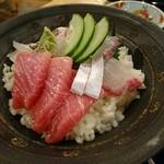 海鮮食堂 博多家 - 海鮮丼 (サラダ・香物・汁物付き)[¥900]