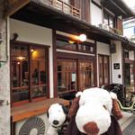 72992694 - 今日は阿倍野区・長池町方面にお出かけのボキら。                       このあたりは桃ヶ池長屋と呼ばれていて、                       古民家をリノベーションしたお店が軒を連ねています。                       その一角にあるのがこちらのカフェ『月の輪』さんだよ。