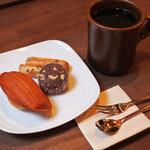 72992704 - 注文したものが運ばれてきました~                       ボキは、焼き菓子のセットとブレンドコーヒー。