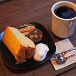 月ノ輪 - ちびつぬは、シフォンケーキのセットとブレンドコーヒー。