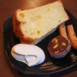 月ノ輪 - シフォンケーキはふんわりやわらか、甘さ控えめなのがいいね。       こちらにも焼き菓子が付いてて嬉しい~♪
