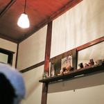 月ノ輪 - 店内にはクマさん好きのお店の方が飾られた       クマさんのお人形があちらこちらにあったよ。               ちびつぬ「棚の上にもクマさんでいっぱいね~」