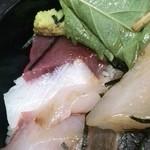 名もなき魚屋 - 大葉をめくってもお魚あります!