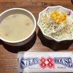 ステーキハウス88 Jr. - 食べ放題のマッシュルームスープとサラダ