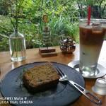 アンティグア - エスプレッソアイシングバナナケーキ&アイスカフェラテ