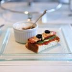 シェ・シバタ - アフタヌーンティー、シェシバタ特製フルーツカレー   ハムとチーズのオープンサンド