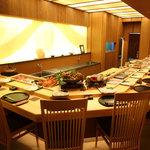 浜善 - 内観写真:広々とした、落ち着いた高級感あるれる空間のカウンター席で、美味しいお寿司をどうぞ!