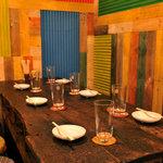 米とサーカス - 暖かい木のテーブルの2階席。