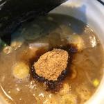 麺処 井の庄 - 魚介系スープと魚粉、少し甘い。