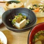 73044656 - もずくスープ・中華風春雨・たっぷり野菜の海藻サラダ・おくらとあみえびの薬膳奴