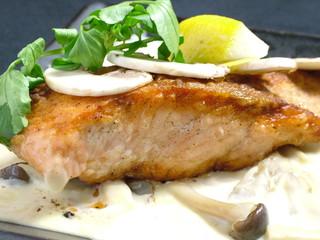 産地直送 お魚とお野菜 海畑 - サーモンといろいろきのこのクリーム煮