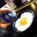 町田汁場 しおらーめん進化 - 卵かけご飯で塩ダレ!!(驚)