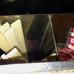 オートパーラー上尾 - 割り箸の入ってる脇に七味が
