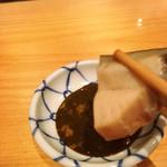 鮨 尚充 - 雲丹醤油をつけて