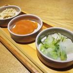 那古野 沢瀉食堂 - ランチの お料理が届くまでは、3種類の 漬物を頂きます。