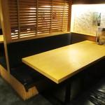 那古野 沢瀉食堂 - 店内の様子。テーブル席。