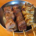焼とん あかし - レバ(醤油)、ハラミ(塩こしょう)、シロ(タレ)