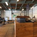 ゼブラ コーヒーアンドクロワッサン - 店内は広々でお洒落な感じですよ