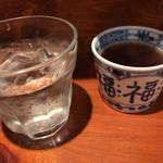 めしの助 - 冷たいお水と温かいお茶が出て来る