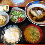 73082827 - ◆本日の煮付定食(980円)・・煮付・小鉢2品・豚汁・ご飯のセット。 ご飯はお代わり可能だそう。