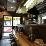 麺恋 佐藤 - カウンター席のみの店内です。