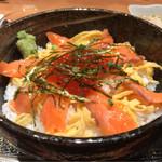 名物家 - サーモンといくら親子丼定食 1000円。