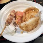 天ぷら 大吉 - 左より追加のあら挽きウインナー、紅生姜、玉ねぎ