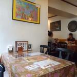 ボンベイパレス - 柱の向こうもテーブル席。