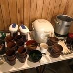 温たいむ - ご飯、お味噌汁、お漬物、麦茶、コーヒー・紅茶はセルフサービスでお替り自由