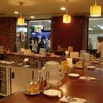 カリーカリー - スタンドとテーブル席からなる店内の様子
