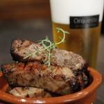 オルケスタ - 豚バラ肉の炭火焼はビールとの相性抜群ですよ♪
