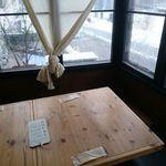 73105328 - 角のテーブル席