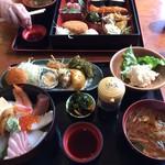 米寿司 - お惣菜と海鮮丼のランチです。 久しぶりにお惣菜食べました。