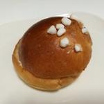 73112320 - ふんわりブリオッシュに練乳バタークリムをサンド、サントロペ180円