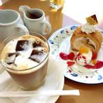 風の森 コスモポリタンカフェ - アイスカフェラテとパイナップルチーズのロールケーキ