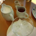 風の森 コスモポリタンカフェ - アイスカフェラテは自分でグラスに注ぎます♡