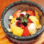 ツルザワ - -15℃に冷やしたストーンプレートの上で、フレッシュフルーツとアイスをお好みの状態まで混ぜて召し上がってください!